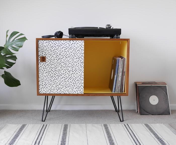 petit meuble rangement pour vinyle design rétro en bois avec porte coulissantes sur pieds métal pour déco vintage