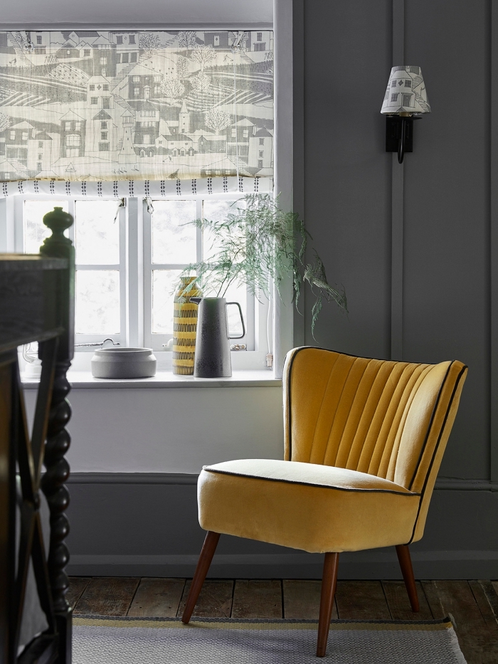 exemple objet deco jaune tendance, modèle de chaise fauteuil jaune avec pieds en bois foncé, déco salon gris