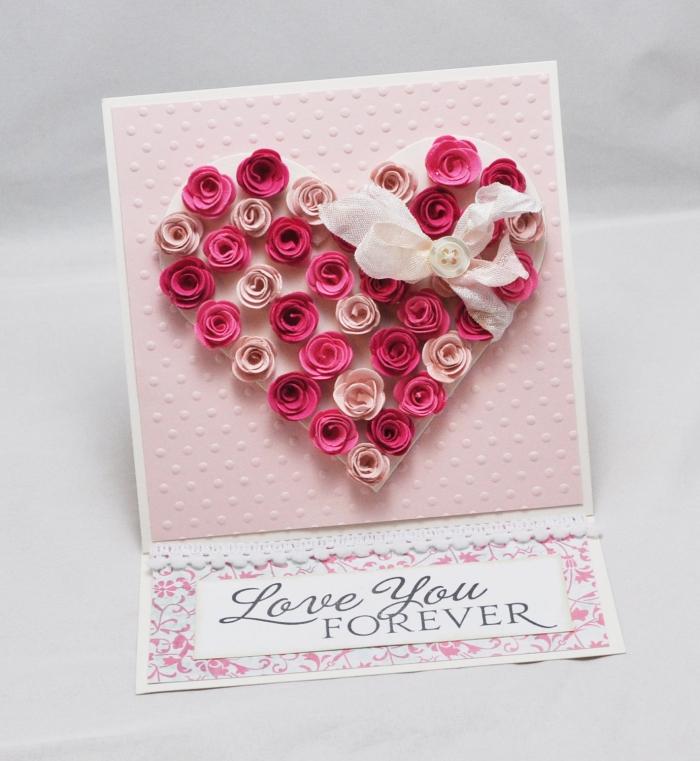 activité manuelle adulte pour la fête des amoureux, modèle de carte St Valentin avec bouquet de mini rose en forme de coeurs