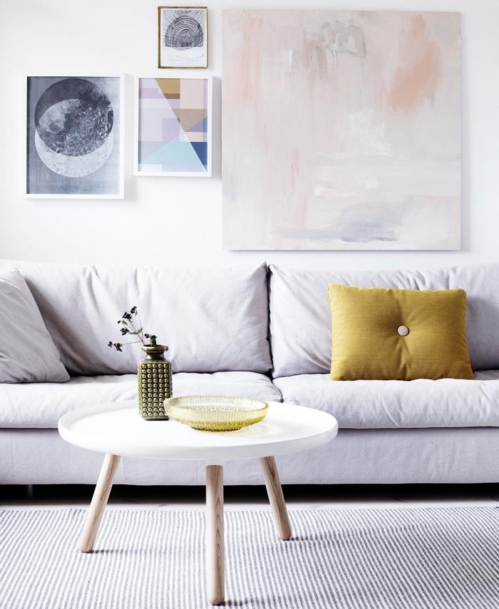 objets déco art mural, modèle de canapé salon blanc décoré avec coussin couleur moutarde, modèle table salon ronde