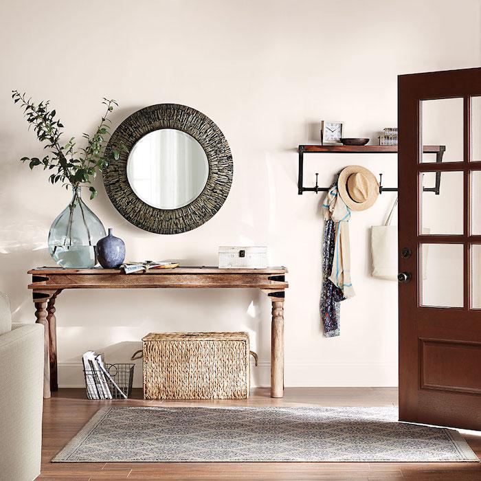 aménagement entrée maison interieur, porte d entree vitree en bois, miroir rond et couleur mur clair pour refléter la lumière, amenagement maison de campagne