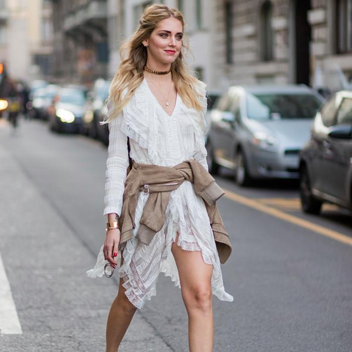 comment porter une chemise nouée autour de la taille, coiffure cheveux mi-attachés de Chiara Ferragni, couleur de cheveux blond foncé aux pointes blond cendré