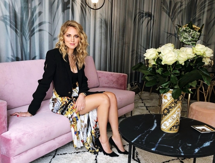 style vestimentaire femme business, blazer noir avec boutons or et jupe longue fendue multicolore de Chiara Ferragni