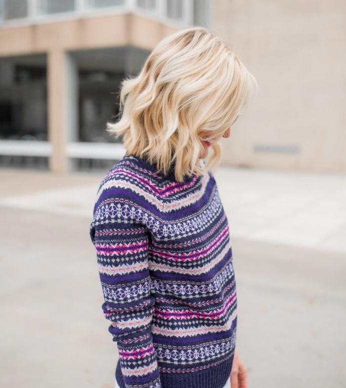 carré ondulé sur cheveux blond clair, cheveux mi long femme coiffure tendance, pull femme à motifs hivernaux