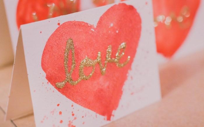 coeur rose couleur saumon sur carte papier blanc, avec des tâches de peinture, idée saint valentin petite surprise fait main