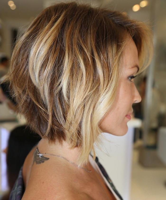 modele de carré plongeant mi long, balayage blond sur cheveux chatain clair, volume capillaire important