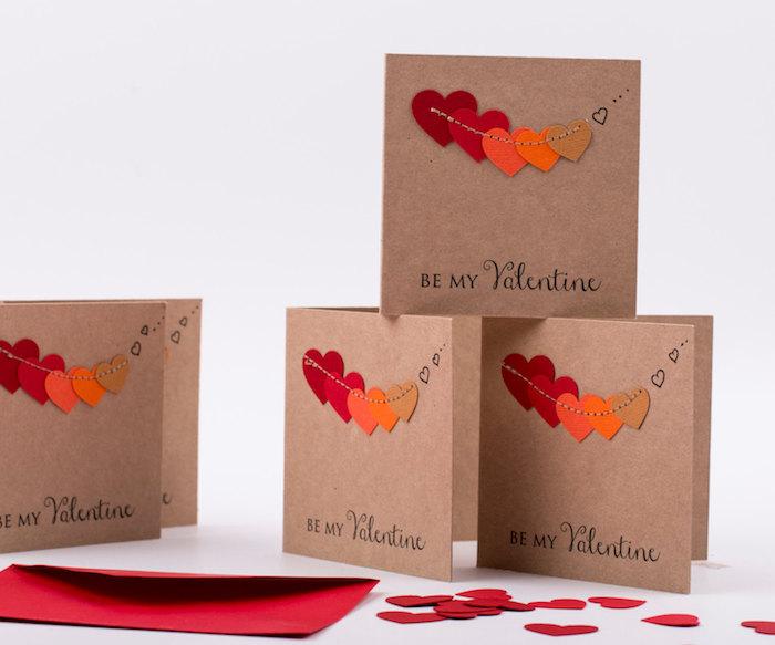 guirlande de coeurs en feutrine sur papier kraft, idée oiginale de bricolage de saint valentin, activité manuelle adulte jour des amoureux