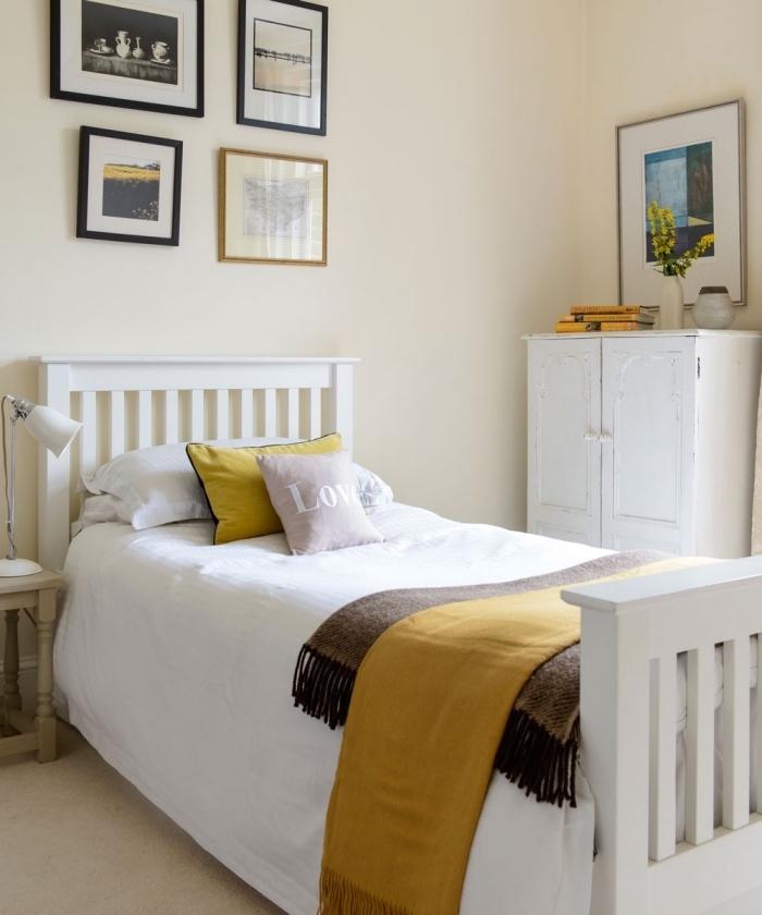 comment aménager chambre ado aux murs beige avec meubles bois blanc, idée déco avec coussins et plaids en couleur ocre