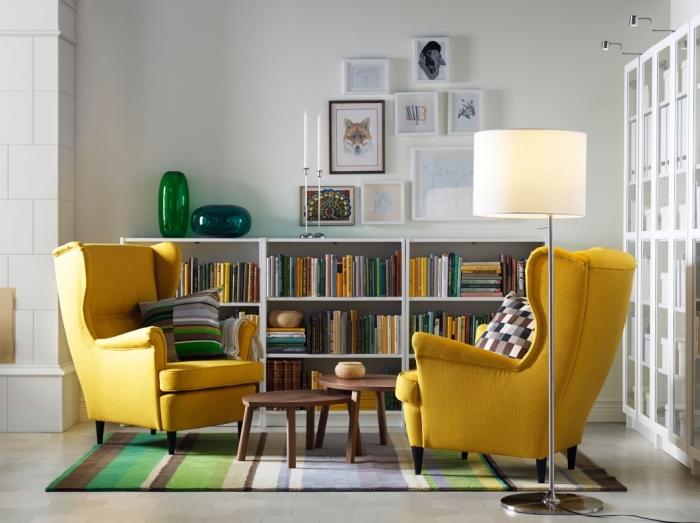 modèle de fauteuil moderne de couleur jaune, idée déco coin lecture dans un salon blanc avec table double bois foncé