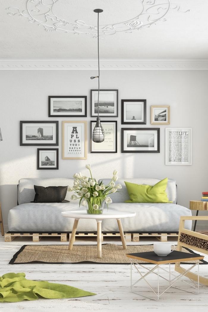 aménagement salon blanc avec mur de cadres noir et bois, décoration salon blanc et bois avec accessoires de couleur vert anis
