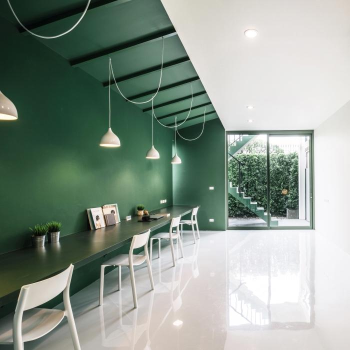 peindre un mur en nuance de vert foncé, exemple de décor élégant et chic à design bicolore vert épinard et blanc
