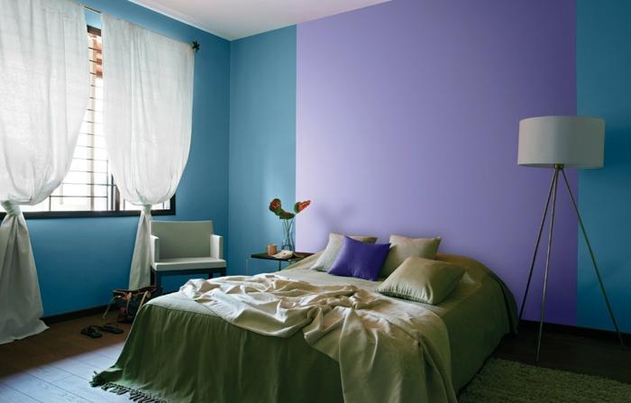 murs en bleu et violet, couleur mur chambre originale, lampe blanche tripode, rideaux blancs