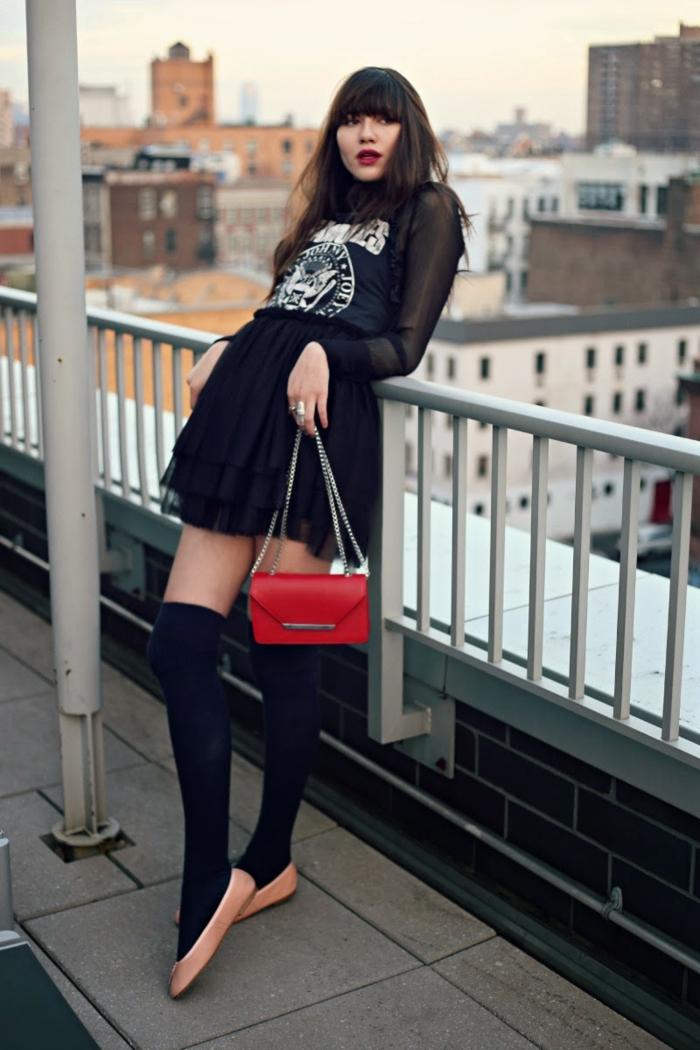 Toit de new york photo de fille avec jupe courte et chaussettes longues, streetwear femme tumblr girl style tendance 2019 mode femme stylée