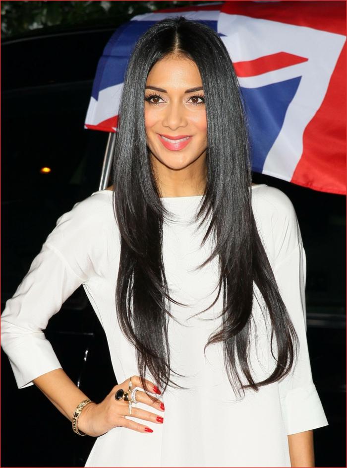 Femme celebre, cheveux longs noirs, coupe de cheveux femme long, photo femme avec belle coupe de cheveux en dégradée