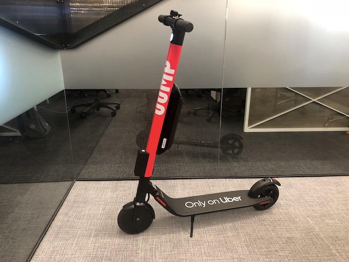 trottinette uber en rouge et noir pour se déplacer en ville, idée nouvelle invention uber trottinette autonome libre service