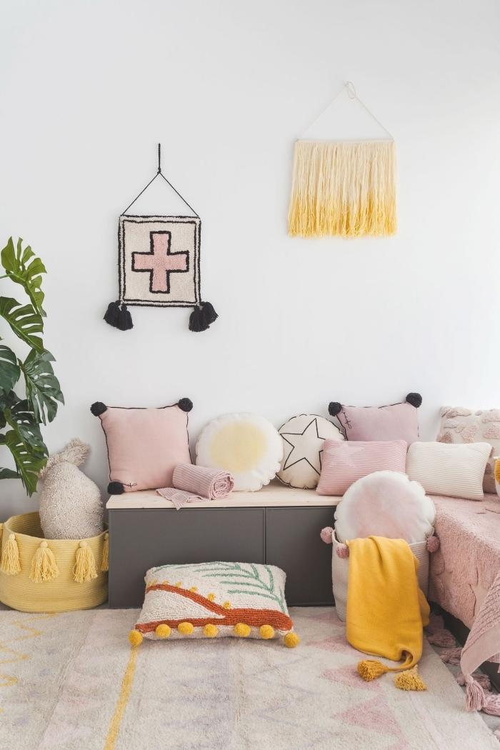 comment décorer une chambre enfant fille, modèle de panier DIY avec tassels en jaune, diy suspension murale jaune