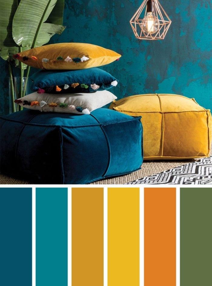 idée quelle couleur associer au bleu marine, déco ethnique dans un salon aux murs bleu foncé avec accessoires jaune moutarde