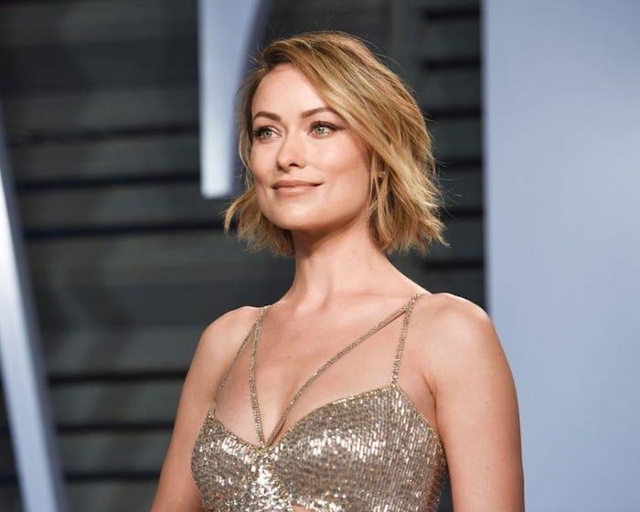 coupe carré court pour femme, cheveux avec ondulations subtiles et mèches sur le coté, robe femme argentée