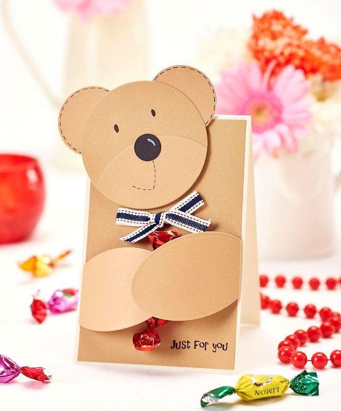 carte de voeux mignonne, modele de carte scrapbooking en papier à motif ourson qui tient un bonbon entre ses pattes