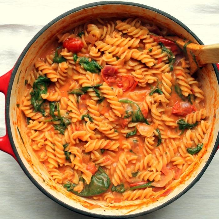 recette salée avec mascarpone, des pâtes spirales réconfortantes à la sauce de tomate, mascarpone et basilic