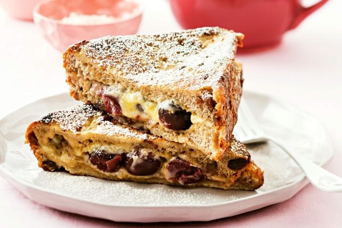sandwiches de pain perdu fourrés au mascarpone et aux cerises, pain perdu mascarpone recette gourmande
