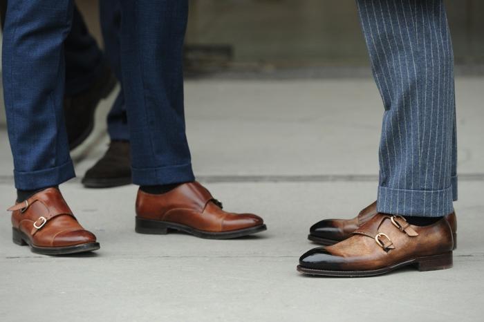 chaussures deux boucles homme, pantalon bleu et pantalon rayé, chaussures homme couleur cognac