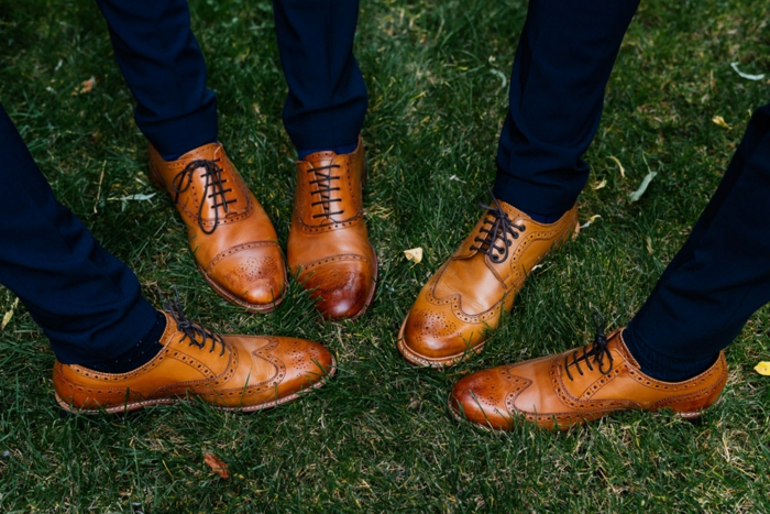 costume bleu chaussure marron, brogues marron clair classiques, tenue de mariée branchée