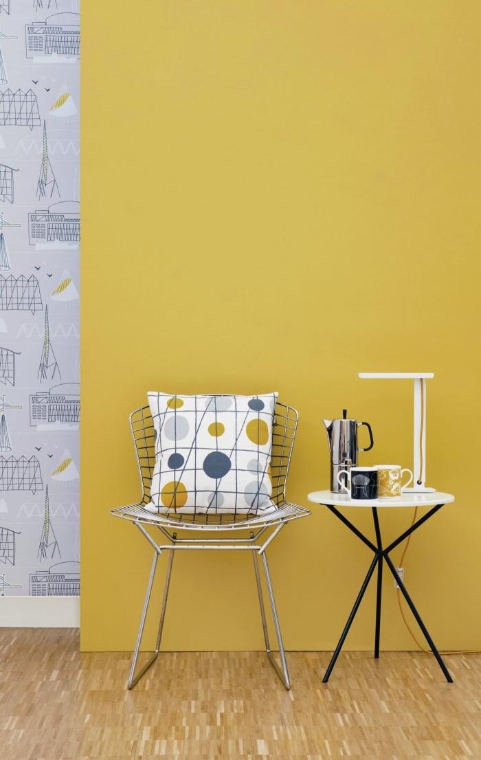 exemple de peinture jaune moutarde, design intérieur moderne avec murs bicolore, meuble chaise métal et table ronde noir et blanc