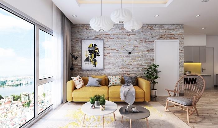 exemple de deco jaune moutarde dans un salon ouvert aux murs blancs, modèle de table basse en blanc et bois