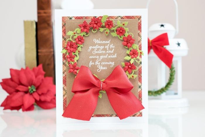 idée scrapbooking facile pour Noel, modèle de carte DIY en papier rouge motifs carreaux avec ruban rouge et couronnes scrapbook