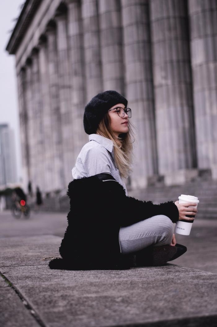 Fille assise sur la rue, Paris tenue simple, tenue classe femme tumblr girl style vetement femme chic bohème