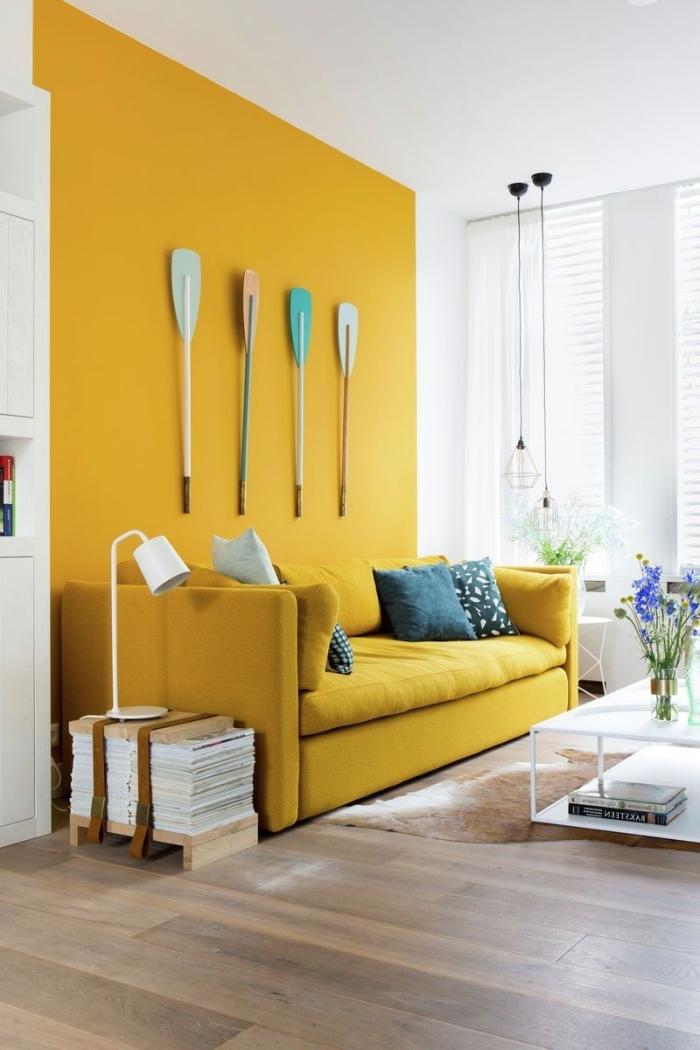 revêtement mural design peinture bicolore, déco de salon avec pan de mur de peinture jaune moutarde et plafond blanc