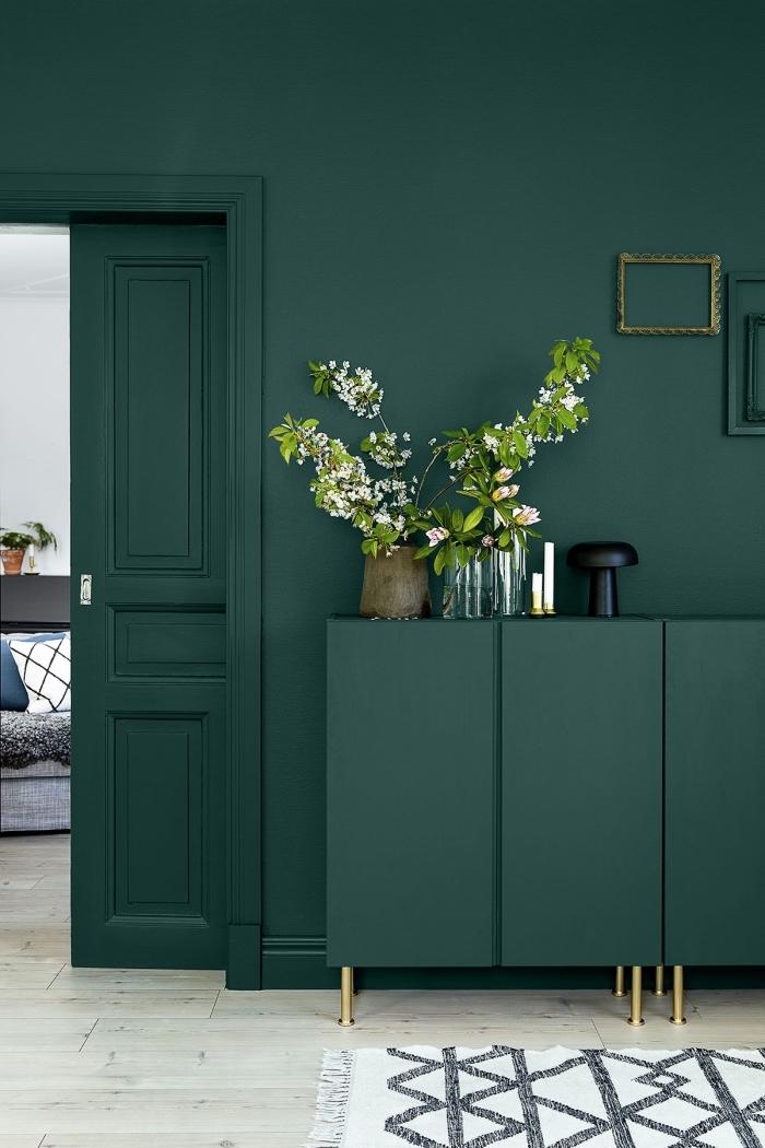 quelle nuance de vert pour les murs du salon, exemple peinture couloir moderne, modèle couloir vert foncé avec plancher bois clair