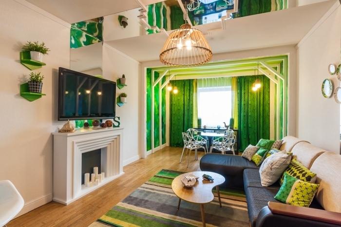 quelle couleur associer au vert anis, modèle de salon beige avec cheminée décorative, rideaux à motifs feuilles vert foncé