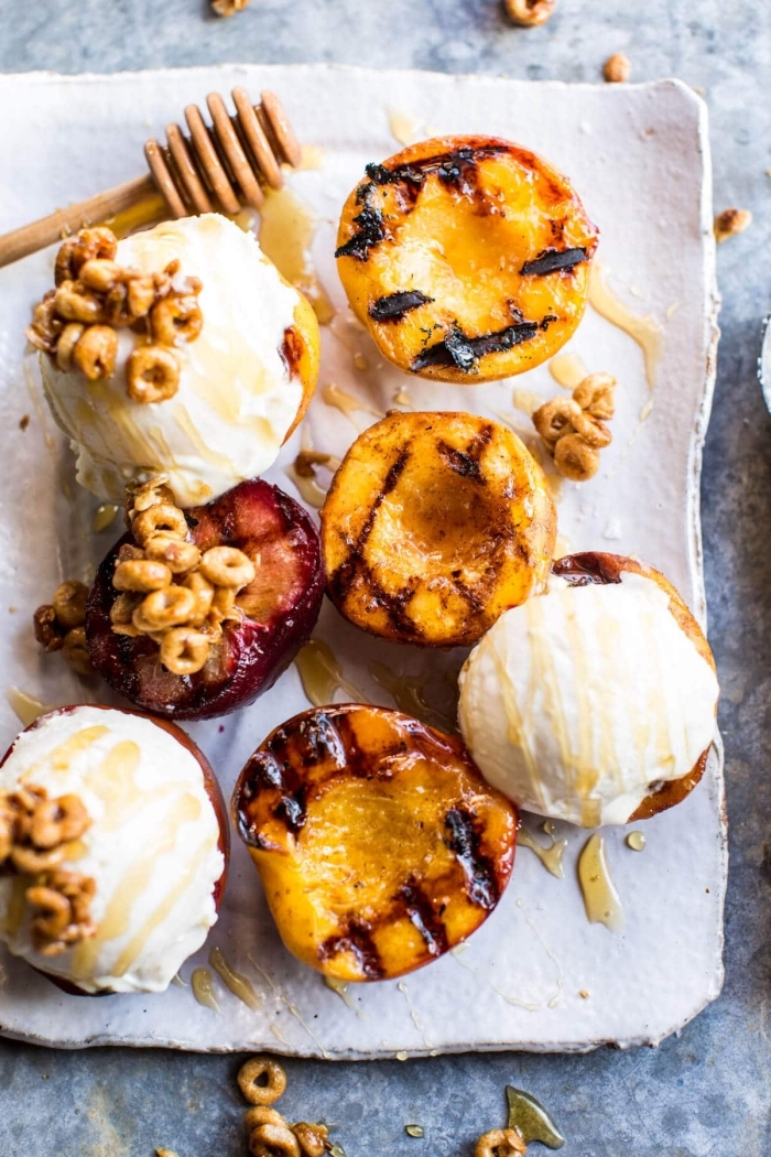 recette de dessert estival rapide de nectarines grillées servies avec des boules de glace au mascarpone et au miel, dessert avec mascarpone rapide