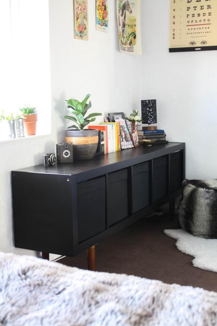 peindre un meuble ikea en noir, un module de rangement kallax avec portes et poeds en bois détourné en une enfilade de style bohème chic