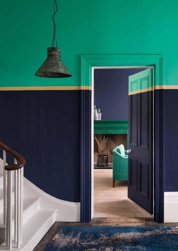 peindre une cage d'escalier en 2 couleurs contrastantes séparées par une bande de peinture dorée, hall d'entrée et escalier aux murs peints en bleu marin et vert pin