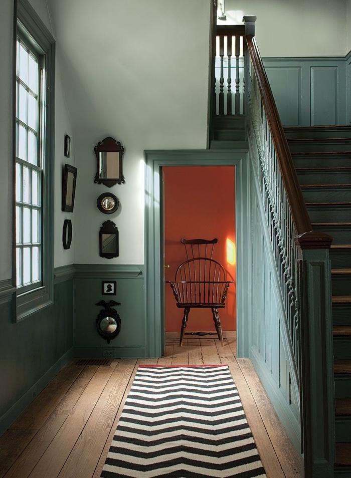 peindre une cage d'escalier en 2 couleurs contrastantes de la même tonalité, escalier et soubassement en bois peint en vert qui s'accorde avec la peinture murale verte en tonalité plus claire