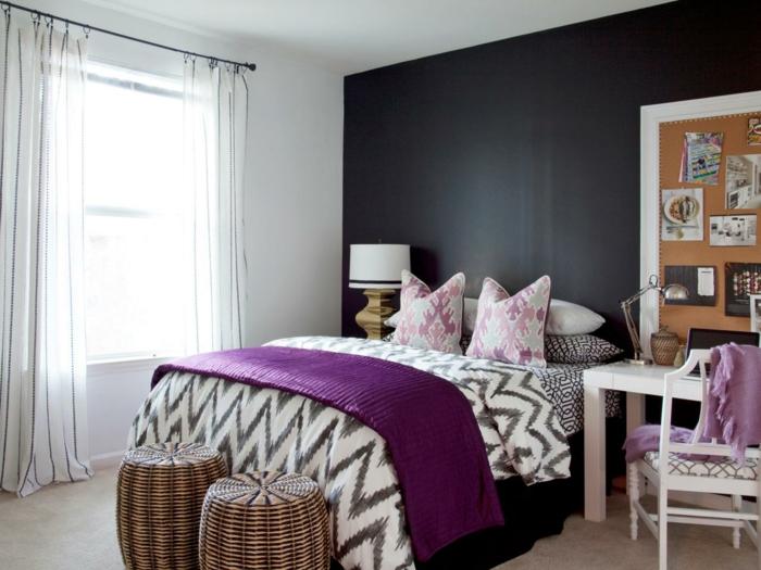 chambre en gris et blanc, deux tabourets tressés, table de chevet blanche, mur noir et mur blanc, rideaux blancs