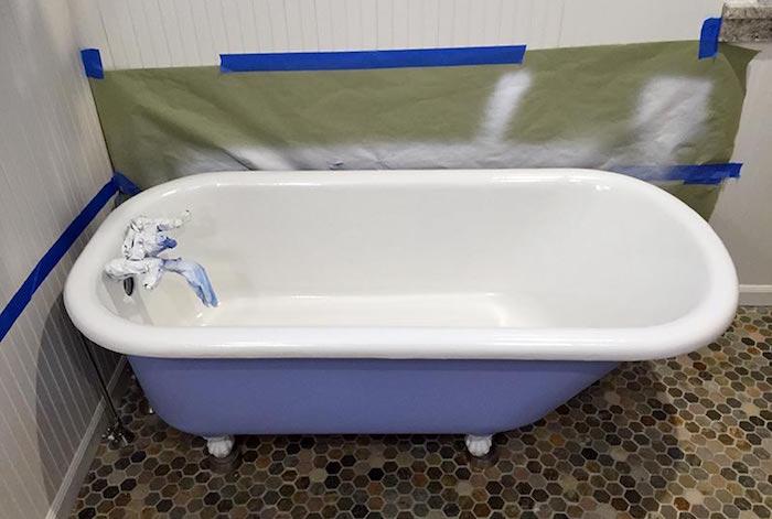 comment peindre l intérieur d une baignoire ancienne en métal sur pieds en blanc avec extérieur lavande