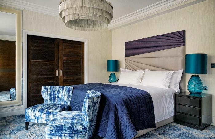 peinture chambre adulte deux couleurs, deux fauteuils bleus, plafonnier, deux chevets en bois, tête de lit bicolore
