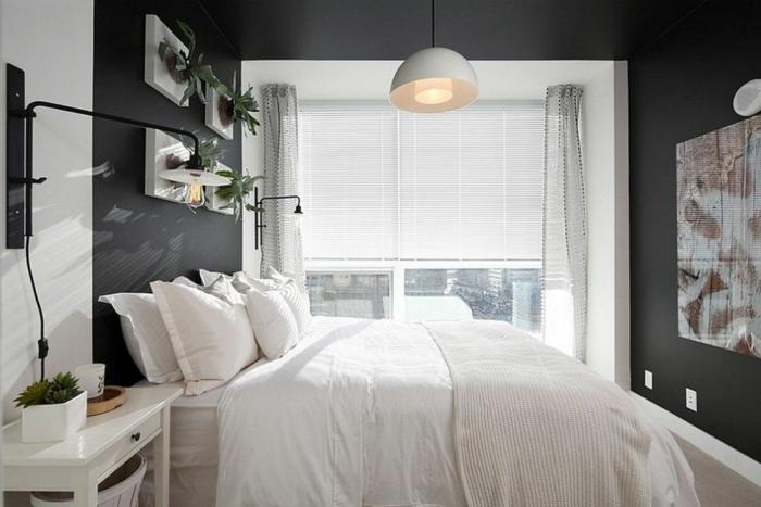 peinture pour chambre noire et blanche, lampe pendante blanche, grand lit blanc, carte géographique, rideaux et stores blancs