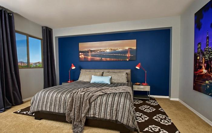 chambre à coucher adulte moderne en bleu et gris clair, tapis noir vintage, deux chevets flottants, posters muraux;