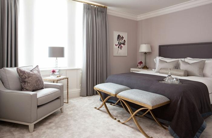 peinture chambre adulte deux couleurs, plafond blanc et murs neutres, fauteuil gris, tabourets gris
