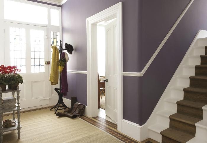une belle association de couleur mauve douce, blanc et bois pour un hall d'entrée classique et élégant, decoration couloir d'entrée élégante et féminine