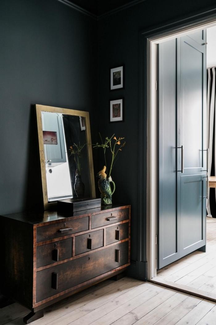 deco couloir vintage scandinave aux murs peints noir mat contrastant avec le parquet bois clair
