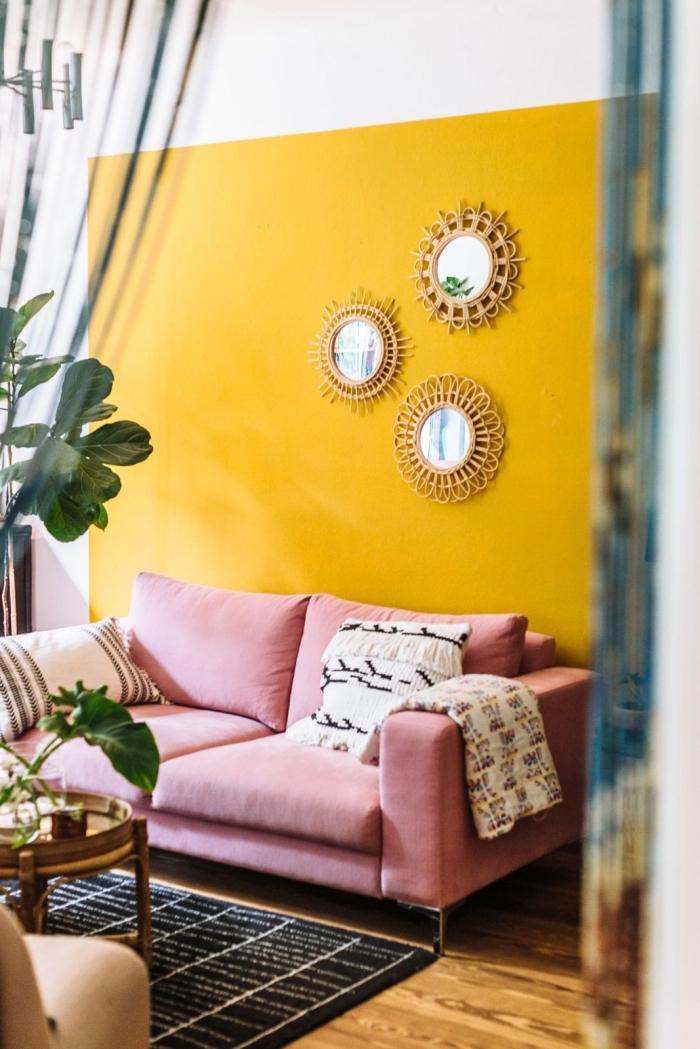 quelle peinture pour murs dans un salon bohème chic, mur à design bicolore blanc et jaune moutarde, modèle canapé rose