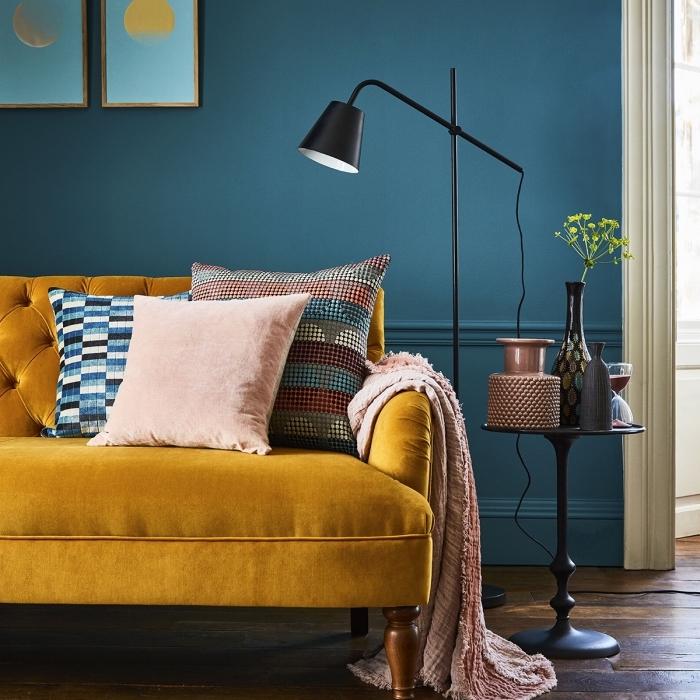modèle de canapé jaune moutarde en velours avec dos boutonné, idée quelle couleur associer au bleu marine dans un salon