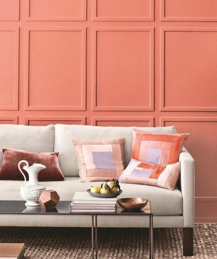 sofa beige, coussins en couleurs délicates, table rectangulaire, panneau mural, couleurs hiver 2019 pantone