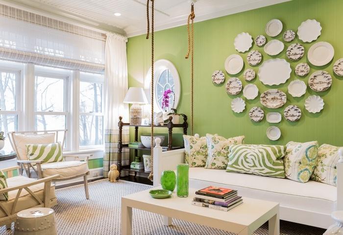 quelle peinture pour un salon, idée pièce blanc et vert avec meubles en bois blanc, peinture murale de nuance vert amande